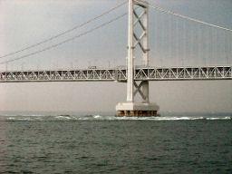 大鳴門橋と白い波頭