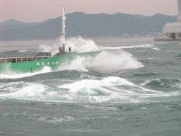 波を突っ切る船首