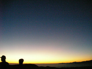 明らむ地平線と明けの明星