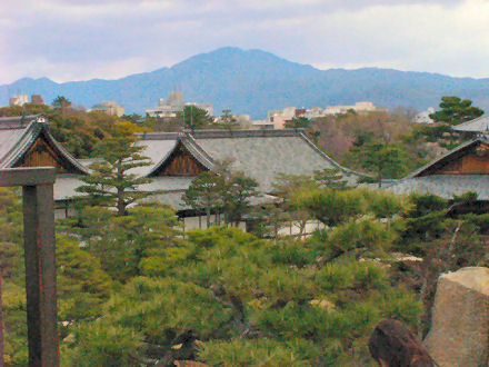 天守閣跡から本丸御殿・比叡山方向