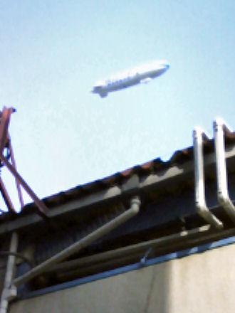 枚方公園駅上空を行く飛行船