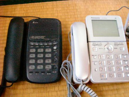 新旧電話機を並べる