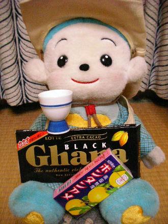 チョコと猪口とボンタンアメを持つ福ちゃん