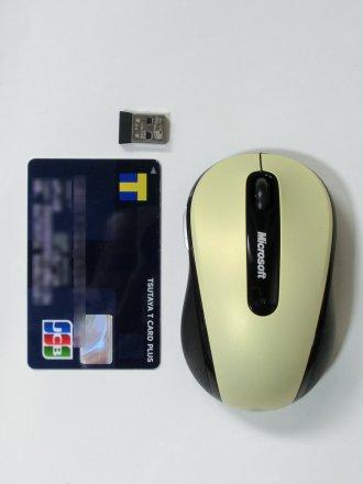 マウス本体とレシーバーをクレカと比較