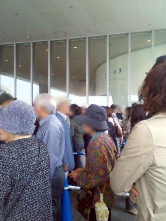建物の外にまで並ぶ人の列