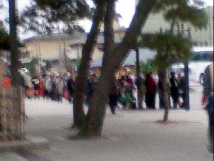 バス停から伸びる人の列