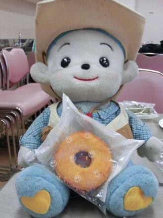 福ちゃんと、ゲームの賞品のドーナツ