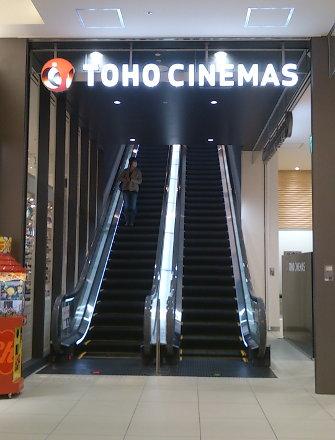 映画館へのエスカレータ