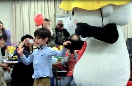 テーブルの間で男の子と踊るおっきいプエルちゃん