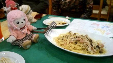 スパゲティーのトングを持つコプちゃん