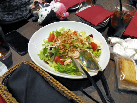 大皿に盛られたサラダ